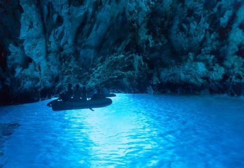 2. Голубая пещера, Хорватия Эту пещеру еще называют Голубым гротом. Она находится на острове Бишево и выглядит, как иллюстрация приключенческой книги. Потрясающий бирюзовый цвет воды — результат отблесков солнечных лучей, которые проникают сквозь отверстие вверху грота. Сюда можно добраться только на лодке или яхте.