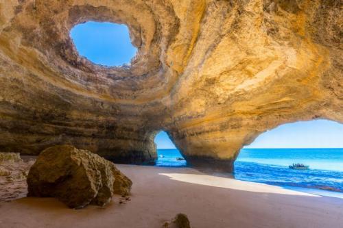 1. Бенагил, Португалия Пещеры Бенагил в португальском регионе Алгарве не перестают удивлять своих посетителей. Они расположены неподалеку от красивого пляжа, и туристы могут добраться до них на небольших экскурсионных суденышках.