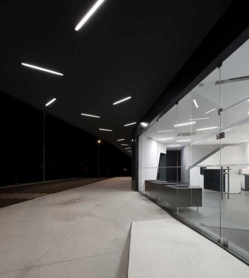 Остановка вмещает 96 автобусов. Стеклянные стены здания отлично вписываются в окружающую среду и пропускают в изобилии дневной свет.