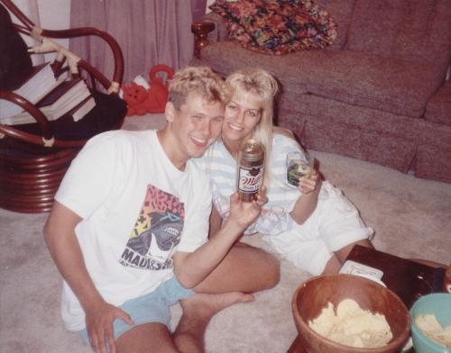 1. Пол Бернардо и Карла Хомолка Они познакомились в 1987 году в Торонто, поженились в 1991-м. За полгода до свадьбы Карла захотела подарить будущему мужу особенный подарок — девственность своей 15-летней сестры. Бернардо знал, что Карла не была девственницей, когда они сошлись, и это не давало ему покоя. Поэтому в канун Рождества 1990 года Карла смешала алкоголь и галотан, чтобы усыпить свою младшую сестру. После этого они с женихом снимали на видео, как по очереди насиловали бедняжку.