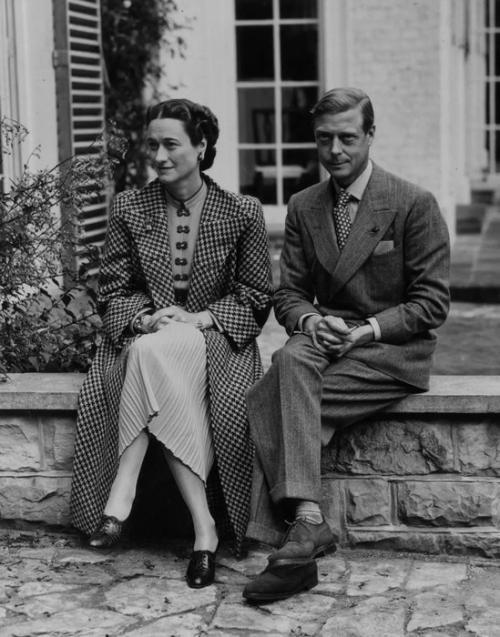 Эдуард VIII 1894−1972, дядя королевы Великобритании Елизаветы II Принц Гарри — не единственный бунтарь британской монаршей семьи. Его прадед, король Эдуард VIII, в 1936 году отрекся от престола ради брака с дважды разведенной американкой Уоллис Симпсон, у которой к тому же были связи с женатым мужчиной и ирландский герцогом.