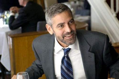 24. Джордж Клуни (George Clooney) Американский актер обожает кататься на скутере, что однажды его чуть не погубило. В 2018 году, направляясь из отеля к месту съемок сериала «Уловка 22», проходивших на острове Сардиния, Джордж врезался в подрезавший его автомобиль. Он пролетел 6 метров и упал на дорогу, но при этом отделался лишь ушибами и царапинами. Разумеется, в большинстве случаев, такие «полеты» заканчиваются печально.