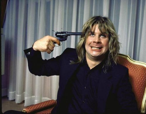 22. Оззи Осборн (Ozzy Osbourne) Легендарный рок-исполнитель и основатель Black Sabbath прожил достаточно беспокойную жизнь и не раз был близок к гибели из-за наркотиков и алкоголя, но один из случаев стоит упомянуть особо. В 2003 году Оззи попал в аварию на мотовездеходе, причем в абсолютно адекватном состоянии. Музыкант сломал ключицу, получил трещины в 8 ребрах и шейном позвонке и повредил несколько крупных кровеносных сосудов. Произошедшее Осборн прокомментировал кратко: «Проклятая штуковина чуть было не убила меня. Мне повезло, что сегодня я здесь, а не мертв или парализован».