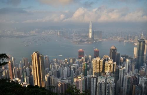 2. Гонконг: соперник Нью-Йорка Если вы собираетесь в путешествие в Тихоокеанский регион, в Гонконг, имейте в виду – людям, предпочитающим города с малоэтажной застройкой, будет нелегко. Да, представьте себе, в этом мегаполисе небоскребов больше, чем в Нью-Йорке!