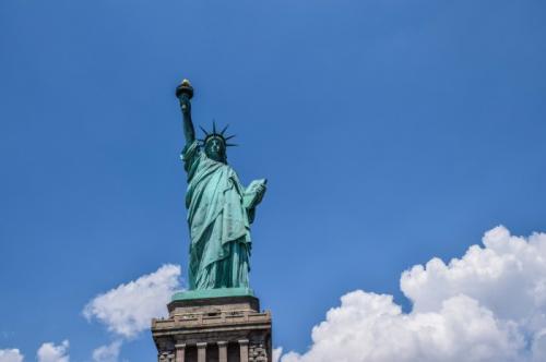 5. Статуя Свободы: как она попала в Америку Статуя Свободы – олицетворение Америки. Но вот что удивительно: эта знаковая американская достопримечательность начала свою жизнь в Европе. Построенная французским скульптором Огюстом Бартольди (он потратил на это девять лет жизни!) статуя была отправлена на судне из Франции в Нью-Йорк, разделенная на 350 отдельных элементов.