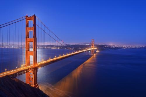 1. Мост Золотые Ворота: какого он цвета на самом деле Одна из самых известных туристических достопримечательностей в мире - подвесной мост Сан-Франциско. Он носит название «Золотые ворота», но самом деле он покрашен оранжевой краской. Любопытно, что на его официальном сайте даже публикуется цветовая формула, используемая для достижения такого красивого оттенка. Так что поклонники моста могут повторить точный тон у себя дома, смешав краски в нужных пропорциях. Кстати, своим золотым названием достопримечательность обязана одноименному проливу, который он пересекает, а вовсе не цвету.