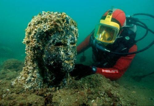 Как утверждают эксперты, Гераклион вместе с частью морского побережья обвалился в море около 1200 лет назад, причиной чему стало сильнейшее землетрясения. В затопленном городе обнаружено множество ценных исторических артефактов, однако большинство из них пока остаются на дне, включая гигантские статуи фараонов, 64 древних корабля и золотые монеты.