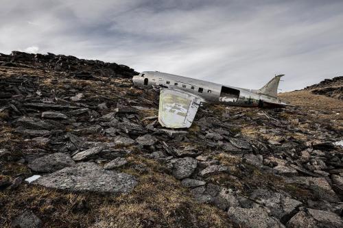 Дуглас C-47 «Скайтрэйн» или «Дакота», который разбился 7 февраля 1950 года в Юконе, Канада. Все 10 человек на борту этого самолета выжили.