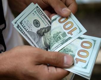 Водителей на трассе засыпало деньгами, которые потеряли инкассаторы
