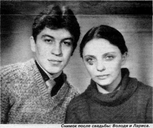 Лариса Савицкая. Упала с высоты 5200 метров Лариса Савицкая навсегда вошла в историю, как женщина, выжившая после падения с высоты 5200 метров. Произошло это в 1972 году, когда вместе со своим мужем тогда еще 20-летняя студентка возвращалась в Благовещенск из свадебного путешествия. Случайно Лариса села в конец самолета, хотя билеты у нее были на места посередине. В тот момент, когда пассажирский Ан-24 внезапно столкнулся с военным бомбардировщиком Ту-16, Лариса спала. Женщина проснулась от сильного удара, температура в салоне резко упала до -30 градусов. Произошел разлом фюзеляжа, Лариса оказалась на полу, но к счастью, успела добраться до кресла и вжаться в него, прежде чем обломок самолета упал на березовую рощу. После падения Лариса еще несколько часов находилась без сознания, а когда пришла в себя, увидела рядом изувеченное тело мужа. Лариса Савицкая стала единственной из 38 человек, кто выжил. Но она заработала несколько переломов ребер, руки, сотрясение мозга и травмы позвоночника. Несмотря на перенесенное горе и критическое состояние, Лариса начала борьбу за жизнь. Из обломков самолета она построила подобие хижины, в которой пряталась от осадков и ветра, утеплила ее чехлами от сидений, а пакеты использовала в качестве одеял. Через два дня Ларису обнаружили спасатели. Но самое удивительное в этой истории то, что в качестве компенсации, как выжившей, женщине выплатили… 75 рублей. Именно такая сумма полагалась выжившим в авиакатастрофах по нормативам Госстраха в СССР.