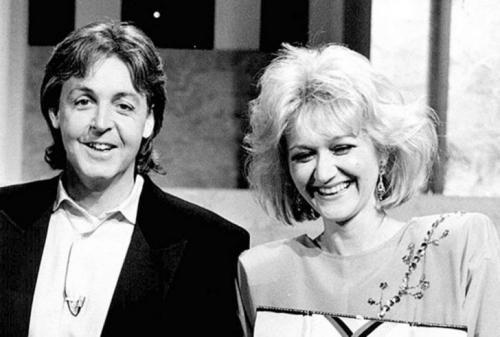 В 1985 году уникальный случай Весны Вулович был занесен в Книгу рекордов Гиннеса, а для вручения соответствующего сертификата пригласили ее кумира — музыканта Пола Маккартни.