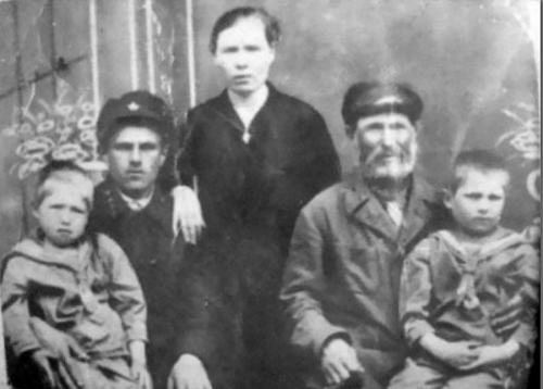 Матвей Кузьмин, (1858-1942) Крестьянин родился за три года до отмены крепостного права. Погиб в войну, став самым пожилым обладателем звания Героя Советского Союза.