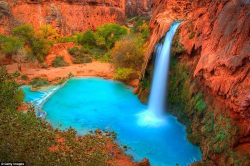 Водопады Хавасу в Национальном парке Гранд-Каньон в штате Аризона. Добраться до водопадов можно пешком или верхом на лошади, проделав путь длиной 10 миль в один из самых труднодостижимых уголков Гранд-Каньона. Вода имеет сине-зелёный оттенок благодаря высокой концентрации карбоната кальция и магния. Лучшее время для посещения: весна, когда световой день длиннее, и пешее путешествие даётся легче. Зимой водопады закрыты для посещений туристами.
