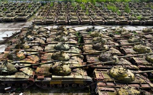 Депо с заброшенными танками в Украине.