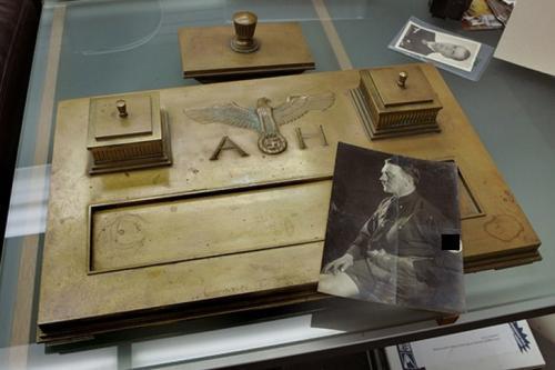 Письменные приборы Гитлера За предметами, которые когда-то принадлежали Адольфу Гитлеру особенно охотиться коллекционеры со всего мира. В декабре 2011 года аукционный дом Alexander Autographs выставил на продажу письменные приборы Гитлера, которые стояли на его рабочем столе. Выглядит артефакт как массивная бронзовая подставка с чернильницами, выгравированными инициалами фюрера и гербом нацисткой Германии.