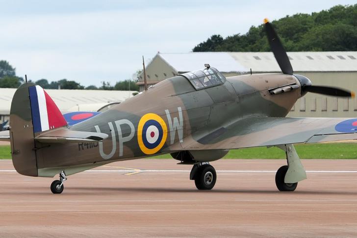 Истребитель Hawker Hurricane за 2,6 миллиона Британский одноместный истребитель Hawker Hurricane произведен в 1942 году и продан в 2000-х за 2,6 миллиона долларов США. Во время войны, машина принадлежала Канадским ВВС и участвовала в патрулировании Восточного побережья Северной Америки. Самолет и сегодня находится в рабочем состоянии и совершает перелеты.