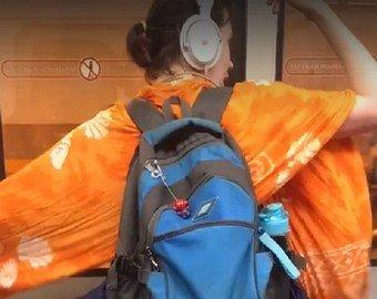 Веселая девушка порадовала танцем пассажиров метро