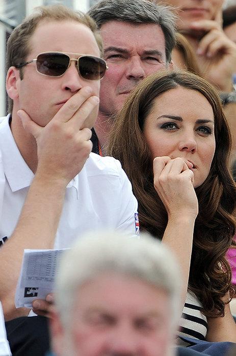 Кейт Миддлтон Королевские правила много чего запрещают, например красить ногти можно только нежно-розовым лаком определенного бренда. Поэтому герцогиня Кембриджская иногда выходит на публику без лака — хоть какое-то разнообразие. Но не думаем, что привычка грызть ногти вписывается в королевские нормы, а Кейт этим грешит, когда нервничает. Это чаще всего случается на трибунах, куда Кейт часто ходит вместе с Меган Маркл.