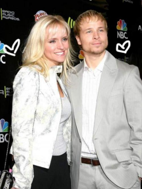 Лейханн Литтрелл, супруга певца группы Backstreet Boys Брайана Литтрелла, также значилась в списках пассажиров, но не полетела.