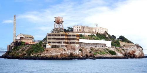14. Алькатрас (Сан-Франциско, Калифорния, США) Алькатрас — еще одна островная тюрьма почти в двух милях от берегов Сан-Франциско. Это одна из самых знаменитых тюрем в истории. Это место можно назвать красивым, потому что оно находится на острове и имеет характерную архитектуру, однако Алькатрас был тюрьмой строгого режима, и вряд ли заключенные отбывали здесь свой срок в комфорте, как в Норвегии. Сейчас это очень популярная туристическая достопримечательность.