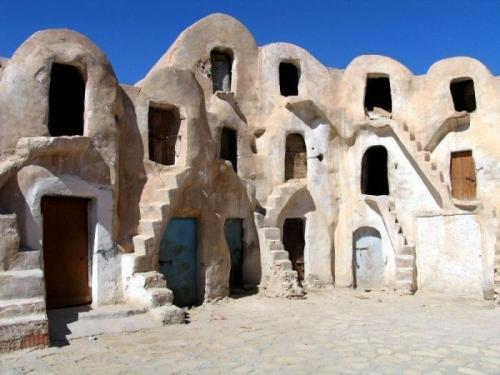 К их числу можно отнести и город Татавин, расположенный в южной части Туниса. Именно там проходили съемки «Звездых войн». Режиссер Джордж Лукас был настолько впечатлен удивительным внешним видом берберских зернохранилищ, которые и поучаствовали в съемках, что решил увековечить название этого места. Планета Татуин, фигурирующая в фильме, была названа именно в честь тунисского города.