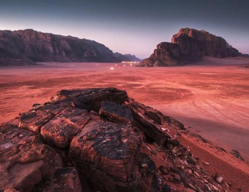 Пустыня Вади Рам Даже когда речь идет не о фэнтези, а просто о научной фантастике, кажется, что для создания достоверной картинки необходим по большей мере труд специалистов по компьютерной графике. Однако есть на нашей планете место, которое с легкостью может претендовать на звание главной локации для съемок фильмов про другие планеты, ибо пейзажи там действительно немного «неземные».