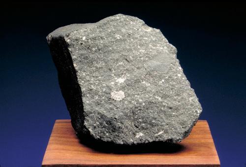 2. Альенде: наиболее изученный среди метеоритов (Мексика) Ничего не подозревающие жители города Чиуауа проснулись около часа ночи 8 февраля 1969 года. Их разбудил шум и яркая вспышка, возникшая в результате падения 5-тонного метеорита. На десятки километров рассыпалось множество осколков, общий вес которых оценивается в 2−3 тонны. Собранные кусочки «разлетелись» по институтам и музеям мира.