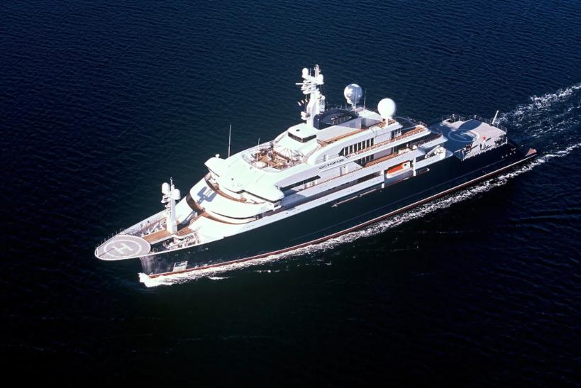 Octopus Длина: 126 метров Верфь и год постройки: Lurssen/HDW Kiel, 2003 год Цена: €295 млн Владелец: наследники Пола Аллена Построенная для сооснователя Microsoft Пола Аллена, лодка Octopus стала одной из первых экспедиционных яхт в мире. Судно можно смело назвать родоначальником нового поколения крупных яхт, предназначенных для путешествий в труднодоступные места, такие как Галапагосы или Арктика. На яхте есть ангар для спуска подводной лодки, две вертолётные площадки, бассейн, баскетбольное поле. Octopus — единственная яхта, способная пройти до 12 500 морских миль без дозаправки. После смерти Аллена в октябре 2018 года яхта была реконструирована и выставлена на продажу за €295 млн.