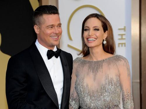 Анджелина Джоли и Брэд Питт Долгое время эта пара считалась одной из самых красивых в Голливуде. До регистрации брака в 2014 году Анджелина Джоли и Брэд Питт жили вместе и воспитывали детей. Сложно было поверить в то, что они могут расстаться. Однако уже в 2016 году пара заявила о расставании, а бракоразводный процесс затянулся на три года. При этом бывшие супруги предприняли несколько попыток к воссоединению, но весной 2019 года всё же оформили развод. Актриса назвала причиной развода «непримиримые противоречия», а её бывший супруг признал: виноват в распаде семьи только он. Ведь актёр так и не смог за годы брака избавиться от своего пагубного пристрастия к алкоголю.