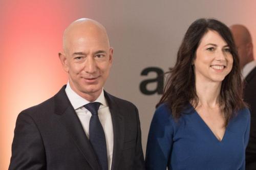 Джефф Безос и Маккензи Таттл Они казались почти идеальной парой: богатые, успешные, прожившие в браке четверть века. И за это время успели не только построить успешный бизнес, но и накопить множество претензий друг к другу. Тем не менее, основатель Amazon и его супруга развелись цивилизованно, без громких выяснений отношений и скандалов. Правда, в результате развода Маккензи Таттл получила весьма приличную сумму отступных. В качестве причины развода супруги указали, что в суд их привело «пробное расставание». По всей видимости, вместе им было хуже, чем врозь.