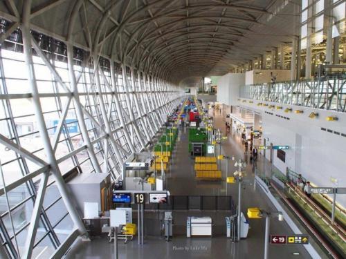 9-е место — Международный аэропорт Кансай, Осака, Япония Путешественникам нравится в этом аэропорту современная архитектура, безукоризненная чистота и отзывчивый персонал. Годовой пассажиропоток: 20 млн человек.