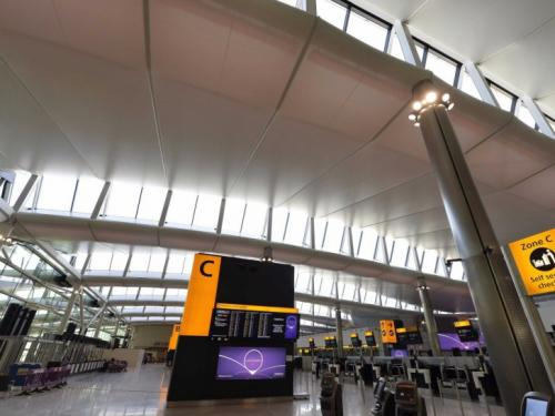 8-е место — Лондонский аэропорт Хитроу, Великобритания Считается третьим по загруженности пассажирским аэропортом в мире. Годовой пассажиропоток: 73,4 млн человек.