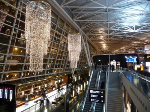7-е место — Аэропорт Цюрих, Швейцария Аэропорт предоставляет пассажирам, у которых задерживается рейс, аренду велосипеда или роликов, а также экскурсии в Швейцарский музей транспорта. Годовой пассажиропоток: 25,5 млн человек.