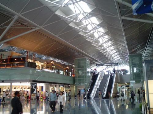 6-е место — Центральный Международный аэропорт Японии, Нагоя В этом аэропорту пассажиры могут расслабиться в традиционной японской бане, из окон которой можно полюбоваться на закат. Годовой пассажиропоток: 9,8 млн человек.