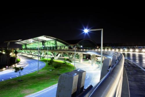 10-е место — Международный аэропорт Хамад, Доха, Катар Годовой пассажиропоток: 30 млн человек. Компания Skytrax описала аэропорт как «выразительное с архитектурной точки зрения, роскошное здание».
