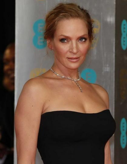 Что до груди актрисы, то она известна не только своими размерами, но и тем, что в 2007 году Турман вышла на красную дорожку в Лондоне в полупрозрачном платье, которое практически оголило ее правую грудь. Этот скандал до сих пор поминают как пример того, что рискованные платья надо примерять при максимально ярком освещении.