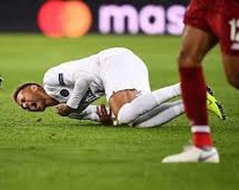 Изображавший муки после столкновения футболист внезапно «исцелился»