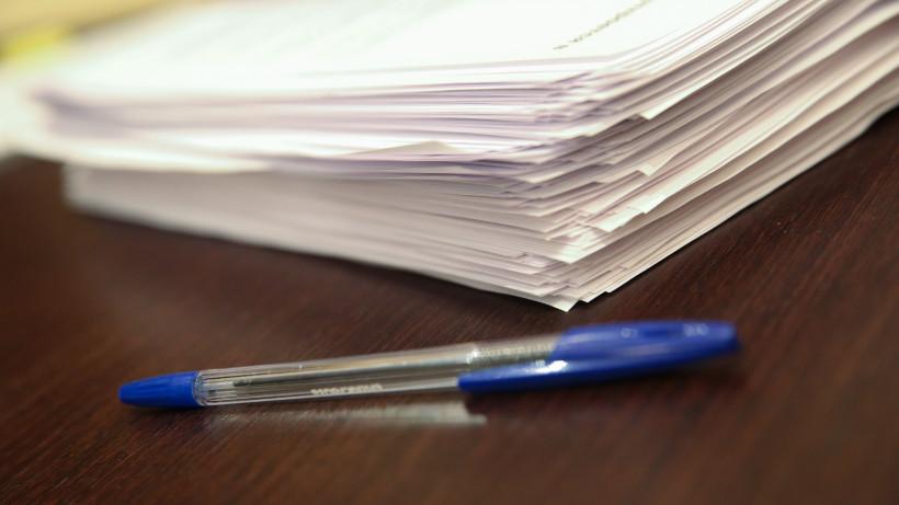Стопка бумаг и ручка