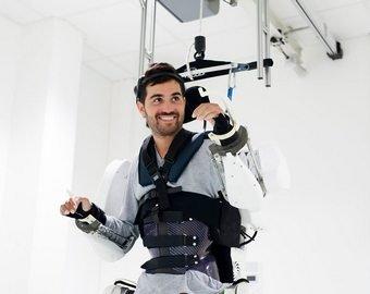Парализованный сумел пройти более 100 метров благодаря экзоскелету