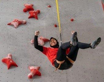 Побившая мировой рекорд по скалолазанию девушка из Индонезии набирает популярность в Сети