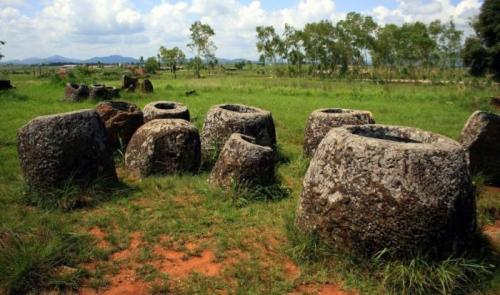«Долина кувшинов» в пригороде Лаоса Это уникальное место было найдено рядом с городом Пхонсаван в Лаосе. На пустынной территории располагается несколько десятков каменных сооружений, которые по своей форме напоминают кувшины. Их размер варьируется от 20-30 см до 3,5 м. Вес самых крупных глыб составляет 6 тонн. Всего на территории «Долины кувшинов» найдено более 500 каменных ступ. Ученые до сих пор не могут объяснить их происхождение. Зато они определили их возраст — древние люди создали их примерно 2500 лет назад.