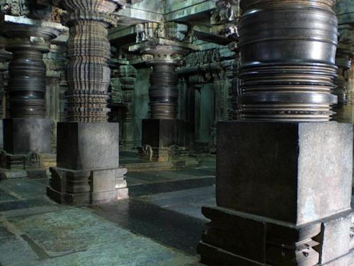 Резные колонны старинных храмов в городе Шраванабелагола (Индия) Шраванабелагола — это город, который считается религиозным центром течения джайнизм. На его территории построено огромное количество храмовых комплексов, которых объединяет одна исключительная особенность — резные колонны. Историки считают, что они были созданы мастерами, которые жили в городе 1500 лет назад. Их техника была уникальной. Они умели вырезать из огромных каменных глыб такие же гигантские колонны причудливых форм. Подобной техникой не владела ни одна из известных цивилизаций мира.