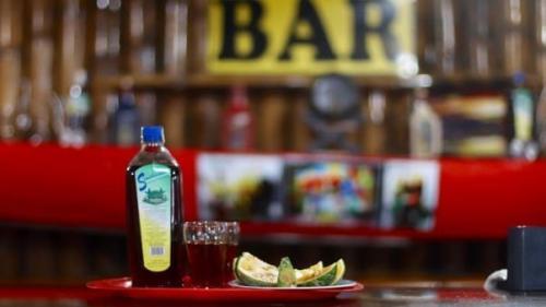 Эквадор: синчикара Настоящую синчикару производят только в провинции Сукумбиос, хотя практически в каждом городе Эквадора можно купить подделку. По своей сути это обычный бренди из тростника, в который добавлены растения и кора местных деревьев. Весьма неплохой состав, не правда ли? А еще этим напитком лечат простуду. Местные даже верят, что он способен повысить либидо.