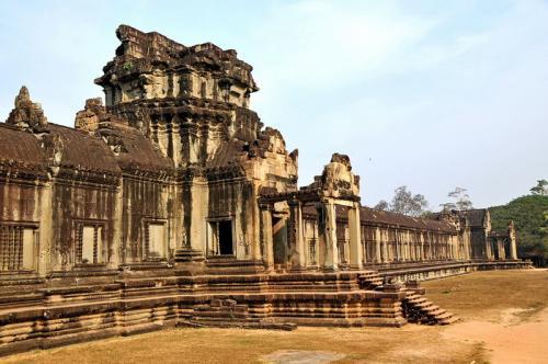 4. Камбоджа Если вы хотите страну, которая предлагает потрясающие достопримечательности, удивительные места для посещения и одни из лучших пейзажей вокруг, Камбоджа — отличный выбор. Это уже давно считается настоящим классическим местом для пеших прогулок. Наряду с чистой красотой страны для многих здесь главное — низкая стоимость жизни. Передвигаться здесь также весело на местном общественном транспорте, который дает вам настоящий вкус настоящей жизни в этом регионе.