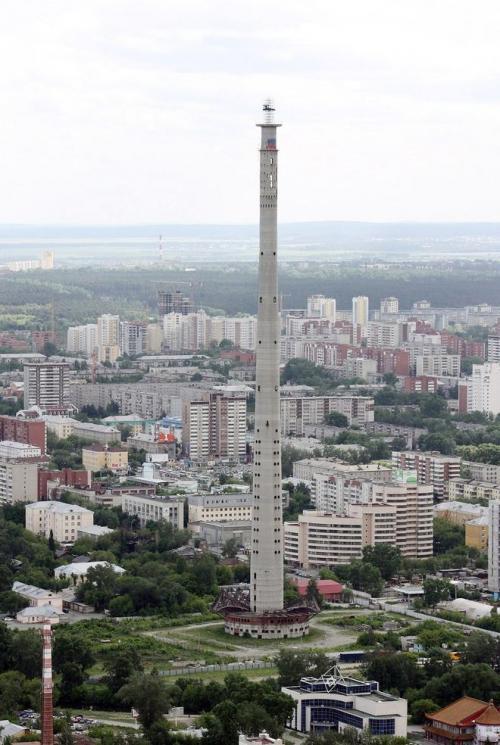 Екатеринбургская телевизионная башня, Россия Самая высокая заброшенная конструкция в мире, телевизионная башня в Екатеринбурге начала строиться в 1983 году, но работы не были завершены и полностью остановились в 1991 году. Планировалось, что высота башни будет составлять 400 м, но построили только 220 м. Башня стала выставочным экспонатом коммунистической эпохи страны. После развала СССР про башню забыли, а она в связи с инженерной ошибкой начала клониться на одну сторону. В башне не установлены подъемные механизмы, и в народе ее называют «смешной башней» или «башней самоубийц». Вход в здание замурован, а идея создать здесь культурный и развлекательный центр с треском провалилась в 2008 году.