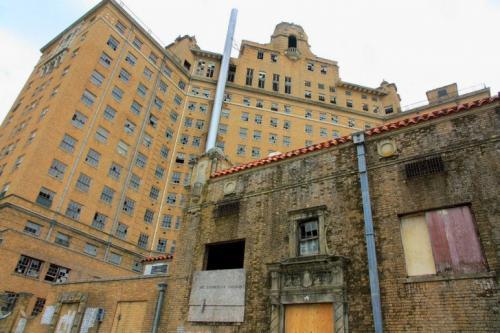 Отель Baker, Техас В начале XX столетия жители города Минерал-Уэлс оценили возможности минеральных источников их региона. Поэтому было решено построить отель со спа-процедурами, которые приносили бы в бюджет города деньги. Строительство 14-этажного отеля с 400 номерами и двумя бальными залами началось в 1926 году и продлилось три года. В 30-х годах город был очень популярным среди отдыхающих. Доходы потекли рекой, и в 40-х годах удалось установить в отеле даже систему кондиционирования.
