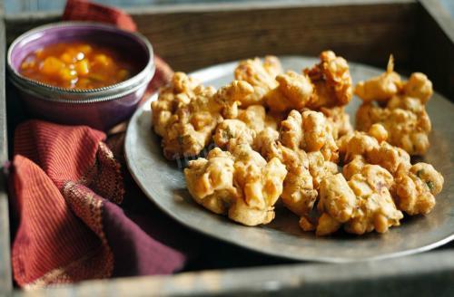 Пакора Индийский фастфуд — это обязательно много специй, красок, запахов. И обязательно что-то, что готовится не просто быстро, а супербыстро. Например, пакора. Берется любой овощ или фрукт, окунается в густое тесто из гороховой или нутовой муки и бросается в чан с кипящим маслом. Через пару минут блюдо готово! Надо лишь дать ему немного остыть и можно пробовать. Кстати, лучше всего есть пакору свежеприготовленной.