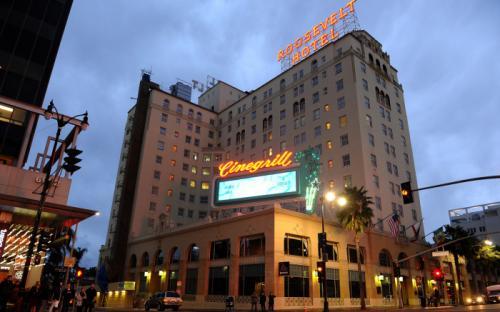 Отель «Голливуд Рузвельт», Лос-Анджелес, Калифорния Торжественное открытие 12-этажного отеля, построенного в испанском колониальном стиле, состоялось 15 мая 1927 года. Именно здесь проводились самые первые вручения кинопремии «Оскар», а затем многочисленные награждения антиакадемическими наградами «Золотая малина», вручаемыми за худшие киноработы. В отеле останавливались голливудские звёзды, снимались фильмы и устраивались премьеры. В «Голливуд Рузвельт» в разное время жили Эррол Флинн и Мэрилин Монро, Кларк Гейбл и Кэрол Ломбард, а некоторые номера сегодня носят имена своих знаменитых постояльцев.