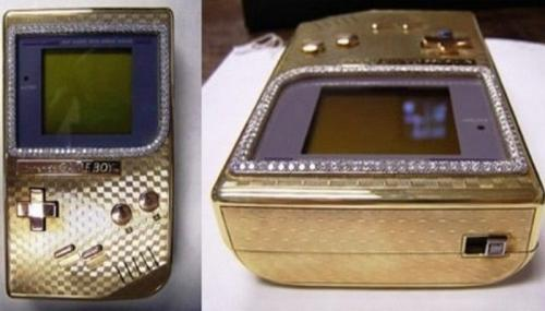 Золотой Nintendo Gameboy, цена: 25 000 долларов Британскими ювелирами Asprey в 2006 году было создано ограниченное издание Nintendo Gameboy, самой популярной современной портативной игрушки. Gameboy из 18-каратного золота и бриллиантов можно купить «всего» за 25 000 долларов.