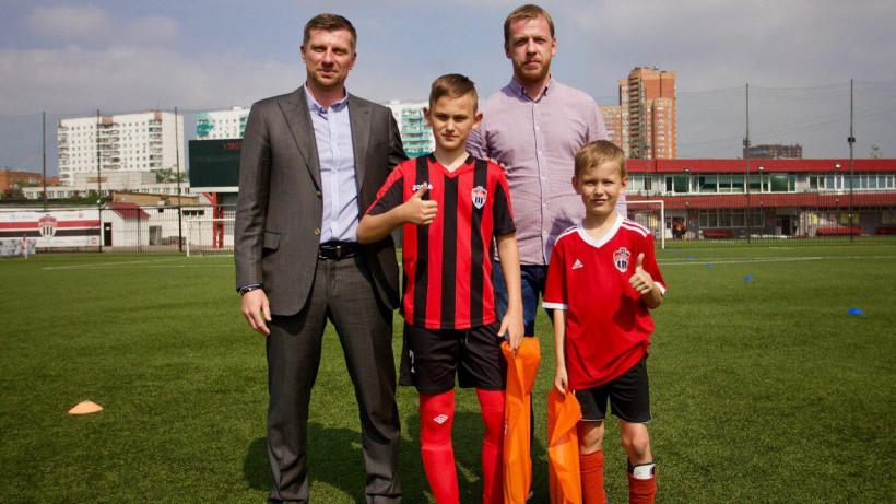 Юные футболисты из Химок получили в подарок спортивную форму